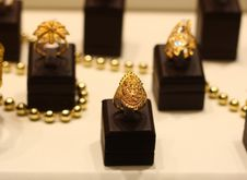 Free Golden Rings Royalty Free Stock Image - 3939356