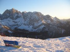 Free Snowboard Park Bench Royalty Free Stock Image - 3958306