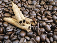 Free Coffee Beans And Cinnamon Royalty Free Stock Image - 3990946