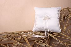 Free White Ring Pillow Royalty Free Stock Images - 4029039