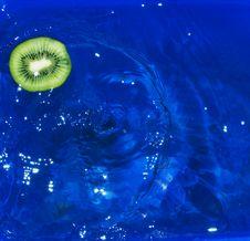 Kiwi Fruit Slice Fallen In Water Royalty Free Stock Photos