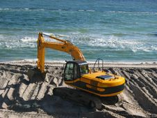 Free Excavator On The Beach Royalty Free Stock Photography - 4081397