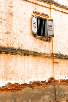 Free Window On A Decayed Wall Royalty Free Stock Images - 4088799