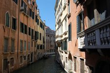 Free Venice Canal With Gondola Royalty Free Stock Images - 4098489