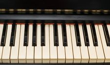 Free Antique Piano With Yellowish And Dirty Keyboard Stock Images - 4104544