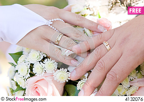 Two Hands With Wedding Rings On The Flower Bouquet Free Stock