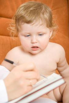 Free Doctor Write Receipt For Little Patient Stock Images - 4136024