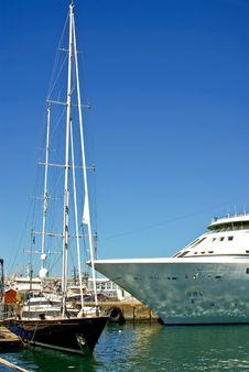 Free Ocean Yacht Near Luxury Passen Royalty Free Stock Image - 4165606