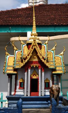 Free Burmese Temple Statue Royalty Free Stock Image - 427556