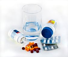 Free Pills And Glass Of Water Royalty Free Stock Image - 4232116
