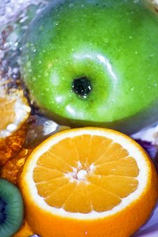 Free Green Apple And Orange Slice In Fresh Water Stock Photo - 4266190