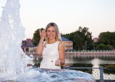 Free Young Beautiful Woman In A White Dress Near The Fountain Royalty Free Stock Photography - 42684957