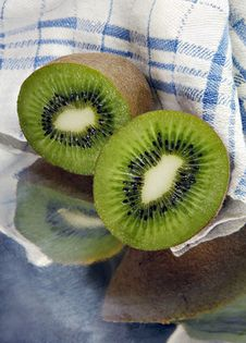 Free Kiwi Sliced In A Metal Dish Royalty Free Stock Photography - 4272227