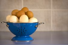 Free Blue Colander Filled With Eggs Royalty Free Stock Images - 4274539