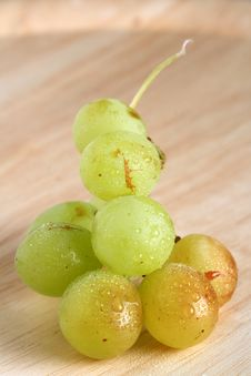 Free Bunch Of Green Grape On Wood With Water Drops Stock Photo - 4292200