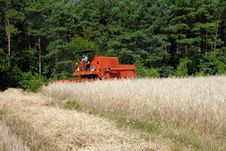 Free Harvester Harvesting A Grain Field Stock Photography - 4322452