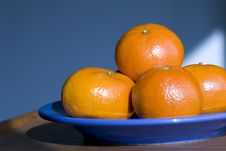 Free Oranges On A Blue Plate Royalty Free Stock Images - 4345859