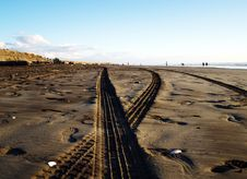 Free Tyre Prints On A Sand Royalty Free Stock Photos - 4418938