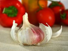Free Garlic In Front Of Vegetables Stock Photography - 4437432