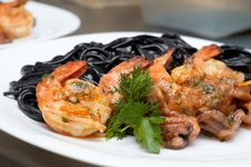 Free Black Spaghetti With Shrimps Stock Photography - 4445742
