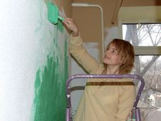Free Woman Painting A Wall Green Stock Images - 4449094
