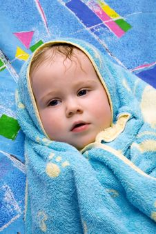 Free Baby After Bath Under Towel Royalty Free Stock Image - 4451196