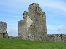 Free Castle Near Thatch Inn Ireland Royalty Free Stock Photography - 4490537