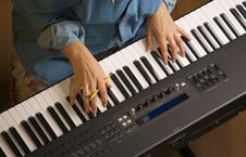 Free Woman S Fingers On Digital Piano Keys Royalty Free Stock Photos - 4554758