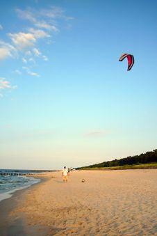 Free Kiteboarder Prepares His Kite Royalty Free Stock Photo - 4573885