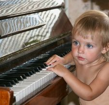Free The Little Girl And The Piano Stock Images - 4597724