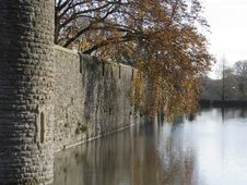 Free Moat And Castle Wall Royalty Free Stock Photos - 464238