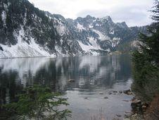 Free Mountains Overlooking Lake Royalty Free Stock Photo - 469115