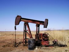 Free Working Pump Jack Royalty Free Stock Images - 4613249