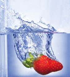 Free Splashing  Strawberry Stock Photography - 4623812