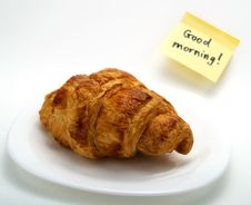 Free A Croissant In A White Plate And A Yellow Note Stock Photography - 4642412