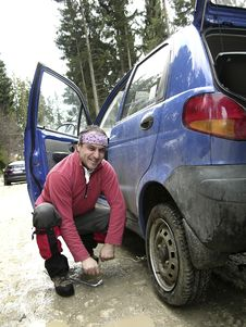 Free Man Resolving A Tyre Puncture Royalty Free Stock Photo - 4648145
