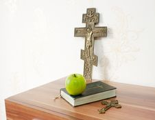 Free Holy Bible With Green Apple And Two Crosses Royalty Free Stock Images - 46811449