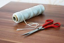 Free Spool Of Thread With Scissors Stock Images - 46811454