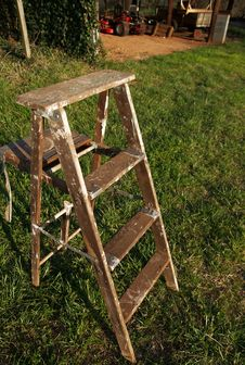 Free Wooden Ladder On Grass Before Barn Royalty Free Stock Images - 4722869