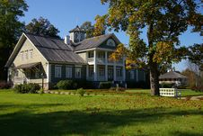 Free Manor In The Autumn Sunny Day. Stock Image - 4748131