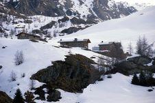 Free Mountain Huts Under Snow Royalty Free Stock Photos - 4812108
