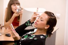 Free Young Beautiful Women Applying Make-up Royalty Free Stock Images - 4818189