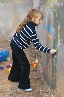 Free Girl Draws A Chalk On A Wall Stock Photography - 4840112