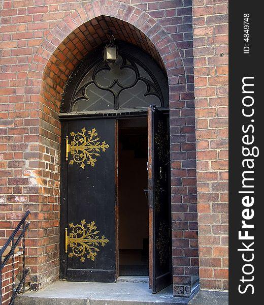 The open arched door