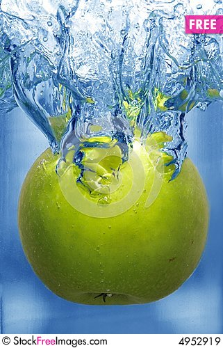 Free Splashing Apple Into A Water Royalty Free Stock Images - 4952919
