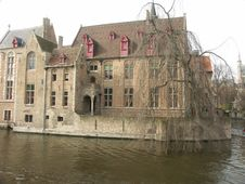 Free Old Houses On A Channel In Brugge Royalty Free Stock Photography - 4979647