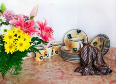 Clean Dishes And Flowers Royalty Free Stock Photography
