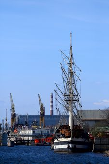 Sailing Ship At The Port Take Off Mast. Royalty Free Stock Images