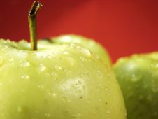 Free Green Apple On Red And Waterdrops Royalty Free Stock Images - 5068339