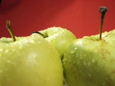 Free Green Apple On Red And Water Drops Royalty Free Stock Photos - 5068348
